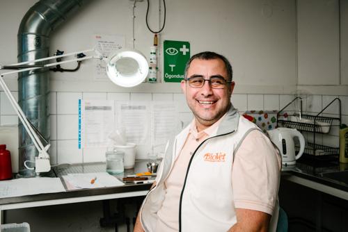 portratt-ringlampa-laboratorium-detalj-en-blixt