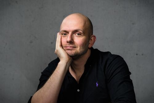 sittande-portratt-gra-bakgrund-Jens-Hansegard