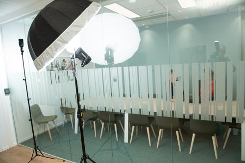 bakom-kulisserna-fotografering-bank-mote-konferensrum-tva-blixtar-Profoto-A1-B1-paraply