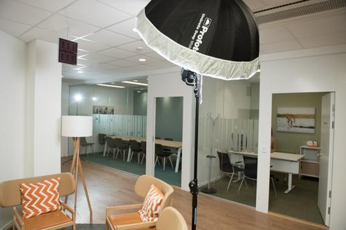 ljussattning-behind-the-scenes-kontorsbild-bank-personaltidning-tre-blixtar-profoto-A1-B1-paraply
