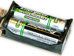 Um par de Eveready Energizer 2500mAh (2.5Ah) pilhas AA recarregáveis.