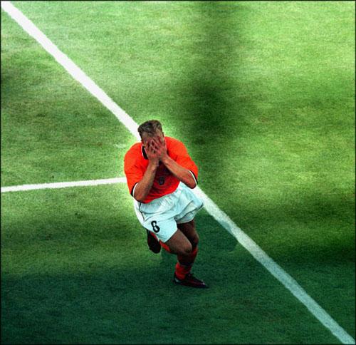 Dennis Bergkamp na zijn beroemde goal tegen Argentinië. (foto: Sportbeeld/Pim Ras)