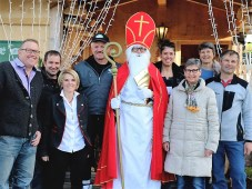 """Zum ersten Mal besuchte heuer auch der Nikolaus die Mieminger Direktvermarkter auf dem Steirerhof. """"Das ist ein gutes Zeichen,"""" sagten alle übereinstimmend. Foto: Knut Kuckel"""