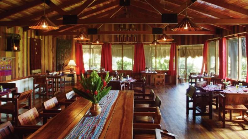 Sala de mese din restaurant, lemnul este omniprezent Blancaneaux Lodge