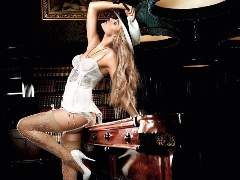 O blonda superba cu mobila din stejar masiv reclama cu succes Garantat