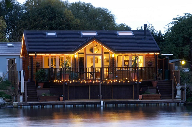 casa care poarta lemn masiv