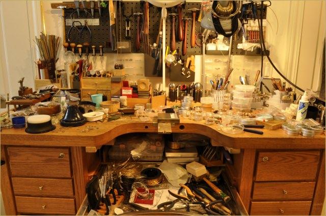 "<img src=""https://i1.wp.com/www.stejarmasiv.ro/wp-content/uploads/2013/11/barbarabriggsdesigns.wordpress.com-studio-pentru-prelucrarea-metalelor.jpg?resize=640%2C424"" alt=""banc de lucru"">"