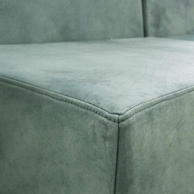 detaliu sofa din pele