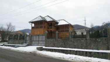 Casa din lemn de stejar veche de cateva decenii
