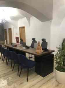 masa Udine din lemn masiv de cer la Aerotravel Lufthansa City Travel Timisoara