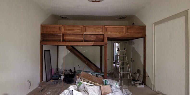 etaj intermediar in cameră cu tavan înalt