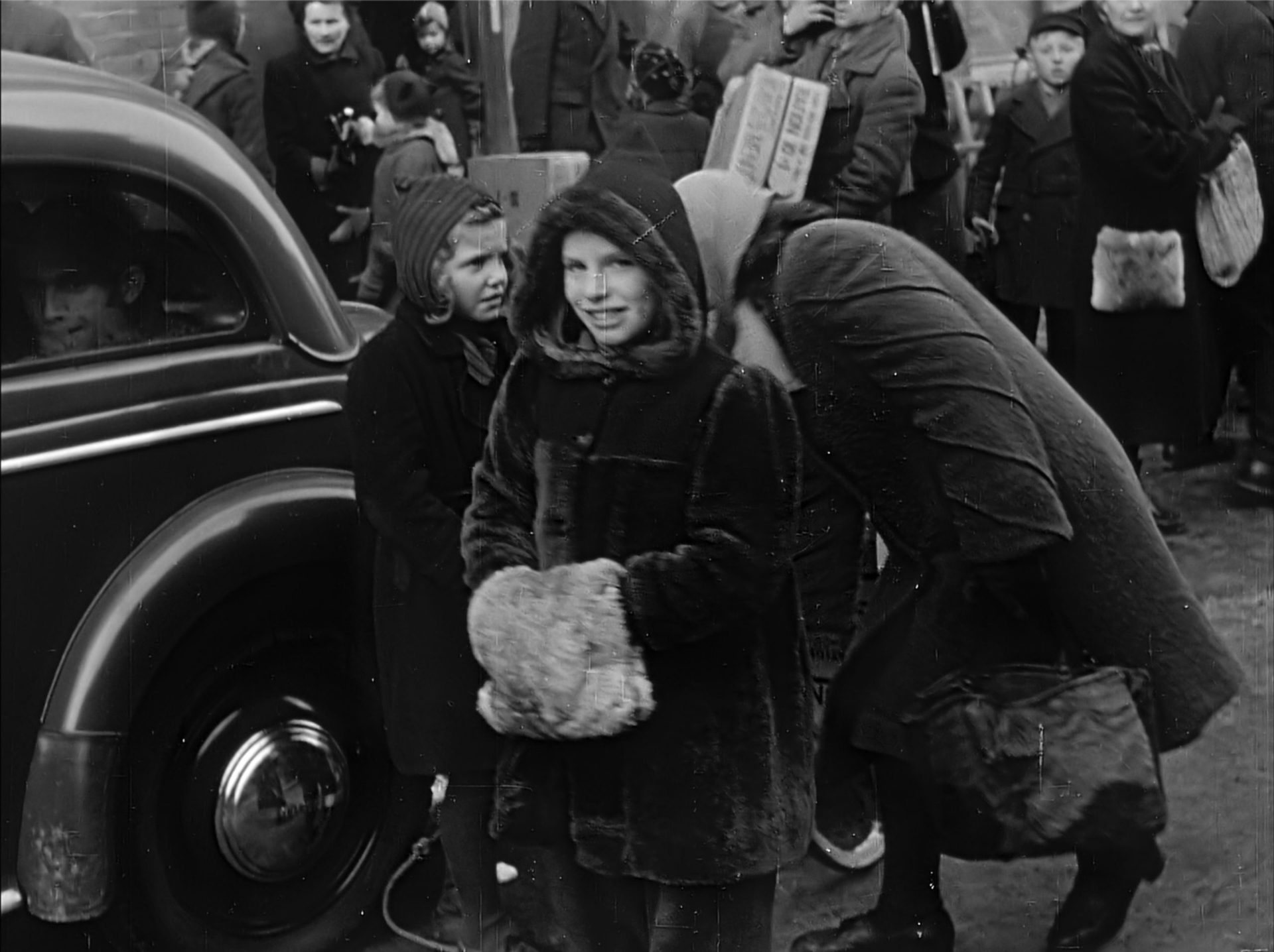 Kind mit Care Paket 1945