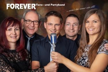 Stephanie ist Mitglied der Band Forever