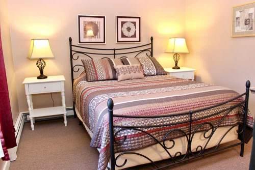 Mansfield House queen bedroom 8 | Sterling Ridge Log Cabin Resort