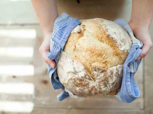 Mit einem Backautomat gelingt das Brotbacken garantiert. Erst das Wasser hineinfüllen und danach die Backmischung dazugeben. Optisch mag das Ergebnis nicht mit den Wecken aus dem Laden mithalten, dafür können Sie selbst noch Körner oder Ähnliches nach Belieben hinzufügen.