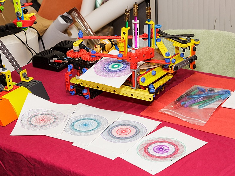 Meccano Spirograph Drawing Model by xxx of the Solent Meccano Club