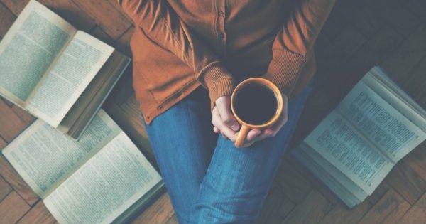 Kitap okuduktan sonra kahve fincanı