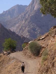 piste-de-paveh-ce-vieux-kurde-va-me-chercher-mon-the-chez-lui