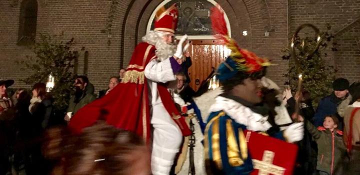 Sinterklaas en Pieten vieren feest in Naarden
