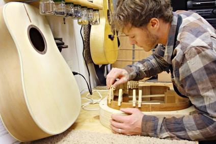 Luthier fabriquant une guitare