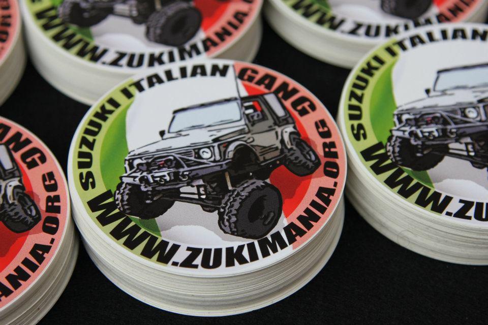 Adesivo ufficiale Zukimania.org – Suzuki Italian Gang – Kit 5 pezzi