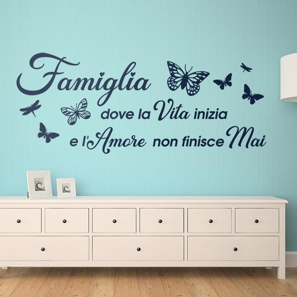 Adesivi murali frasi in italiano per muro citazioni wall sticker non accontentarti dell'orizzonte cerca infinito decorazione da muro camera. Adesivi Frasi Celebri La Famiglia E Il Luogo In Cui Inizia La Vita Stickersmurali Com