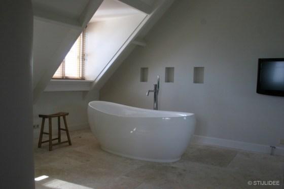 Slaapkamer met bad Bed and Breakfast Villa Oldenhoff na STIJLIDEE Interieuradvies en Styling
