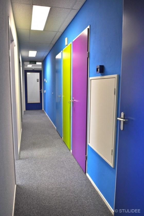 hal met gekleurde deuren in blauw, groen en paars in Capelle na STIJLIDEE Kleuradvies, Interieuradvies en Styling