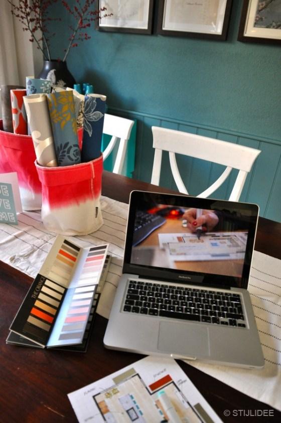 Teak houten tafel met behang en kleurstalen van STIJLIDEE Interieuradvies en Styling