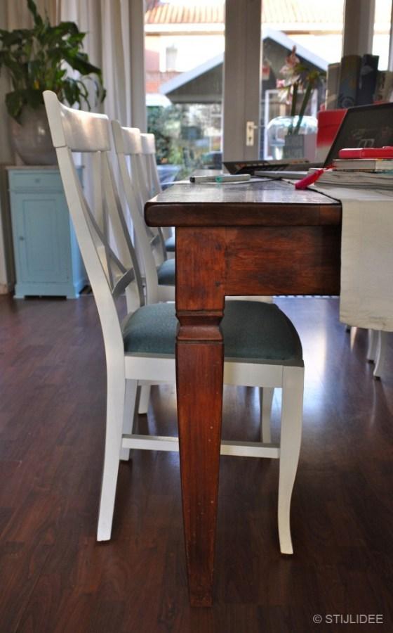 Witte stoel met blauw gestoffeerde zittinWitte stoel met blauw gestoffeerde zitting na STIJLIDEE Interieuradvies en Styling