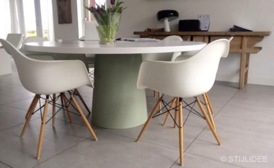 Binnenkijken in een eetkamer met ronde witte eettafel in