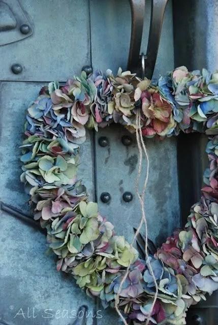 Buitenleven | Welkom thuis! Maak het stijlvol en gezellig bij de voordeur! - www.stijlvolstyling.com - Hortensia Krans - Hydrangea Wreath #bloemenkrans