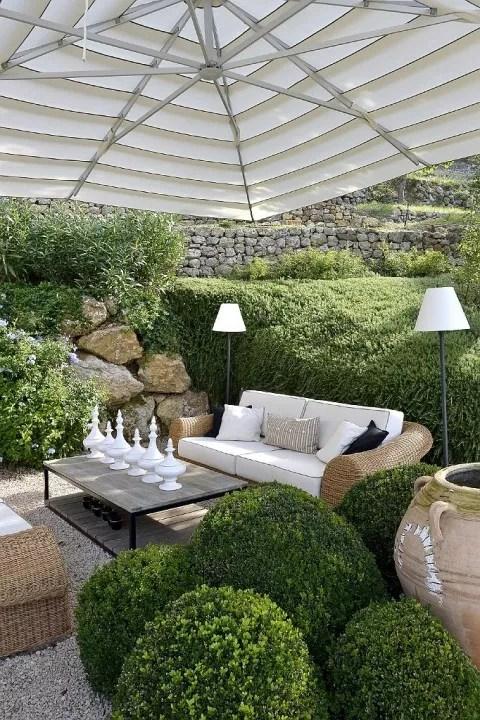 Buitenleven | Ibiza tuin met buxusbollen - Stijlvol Styling woonblog www.stijlvolstyling.com