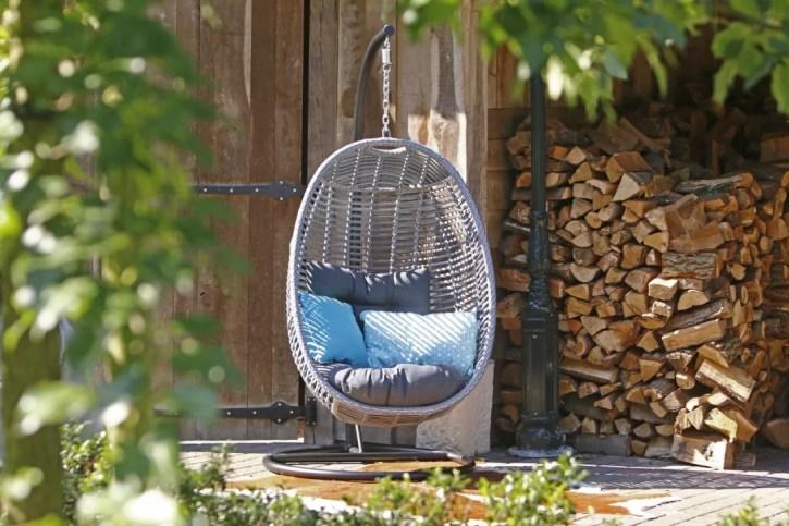 Buitenleven | Tips voor het inrichten van jouw veranda - Woonblog StijlvolStyling.com (Manifesto Ortello Hangstoel Grey)