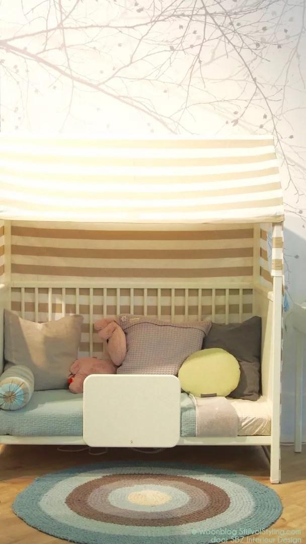BabykWil je wat meer pit naast alle zachte natuurtinten? Kies dan voor donker grijze gordijnen en kasten met lederenhandgrepen.Ook een accent van staal en metallic kleuren als messing, goud en koper kunnen prima voor een babykamer en kinderkamer zolang je niet overdrijft.amertrends 2017 - 2018 | Styling babykamer - StijlvolStyling.com