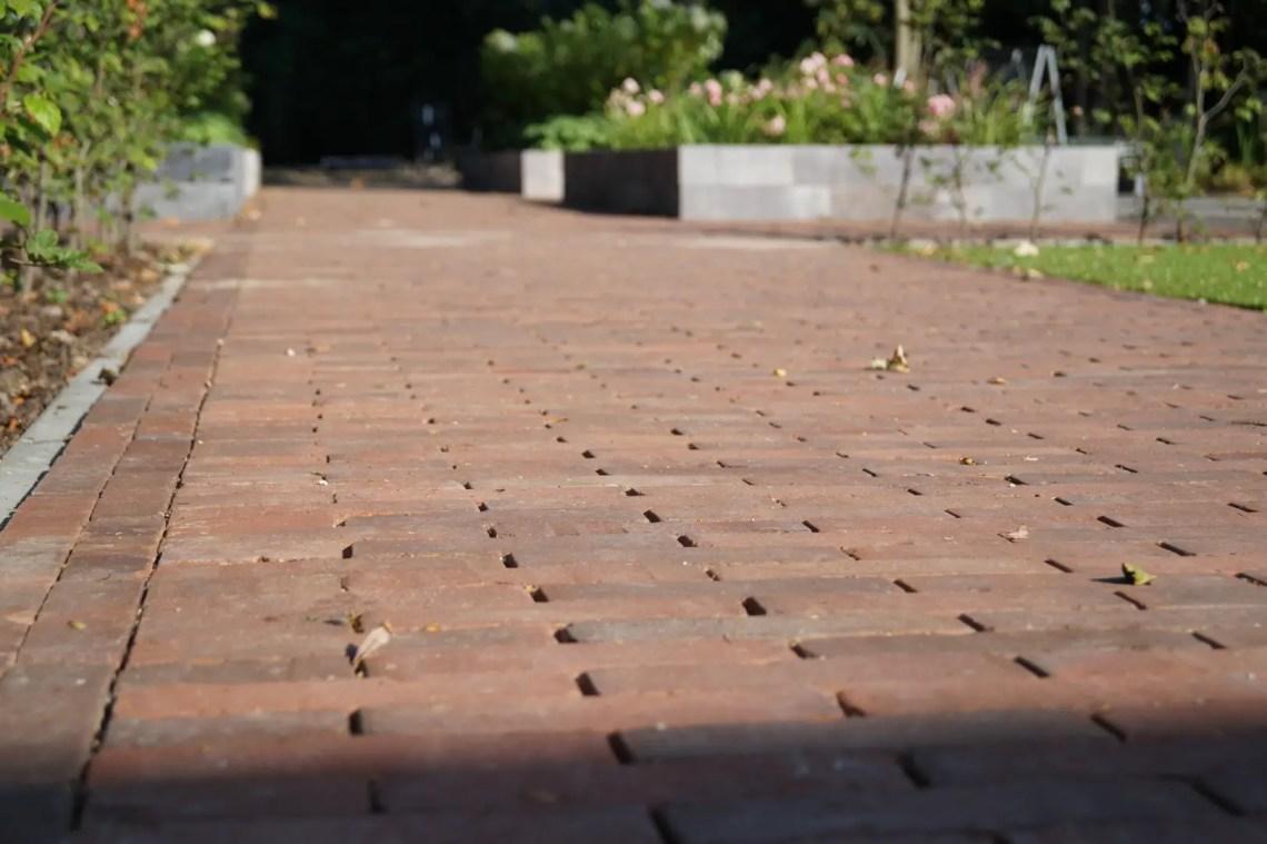 Buitenleven | Een sfeervolle tuin met gebakken klinkers // Woonblog StijlvolStyling.com