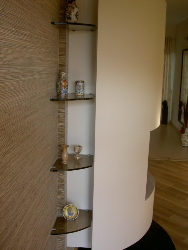 Stiklinės lentynėlės prie židinio