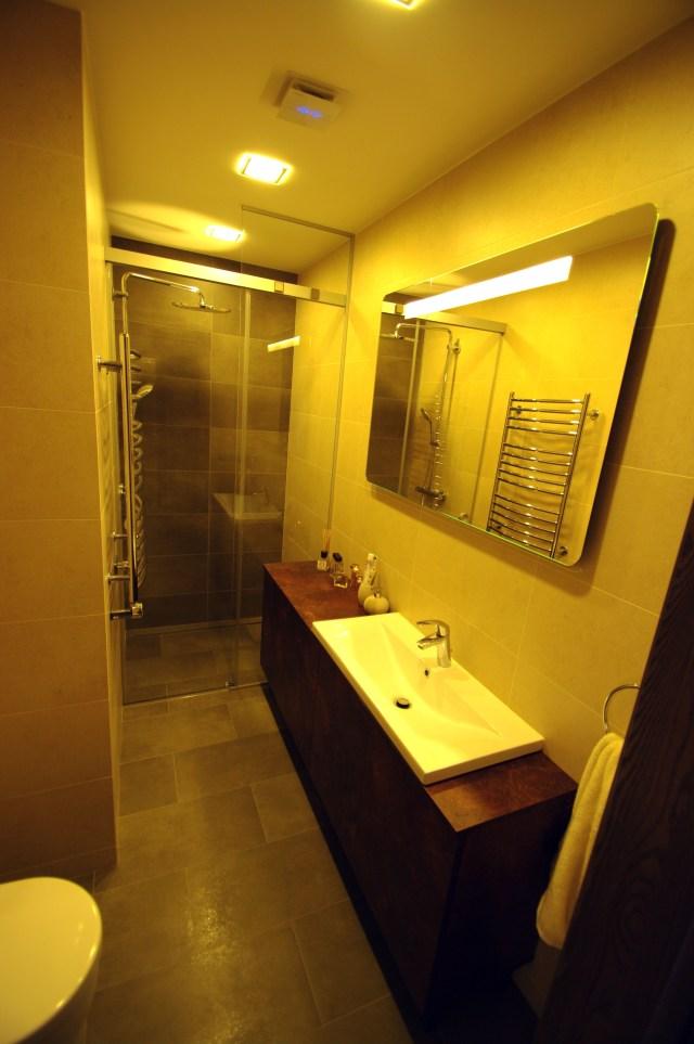 Dušas su stumdomomis durimis ir šviečiantis veidrodis