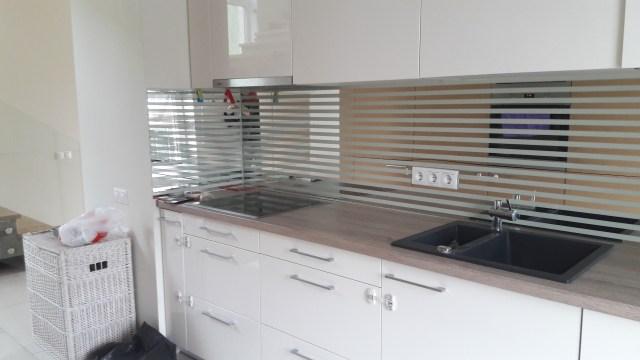 Virtuvės sienelė iš stiklo/veidrodžio juostų
