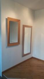Šviečiantis veidrodis bambuko rėmu.