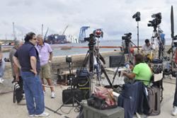 Giornalisti e cameramen al lavoro al Giglio
