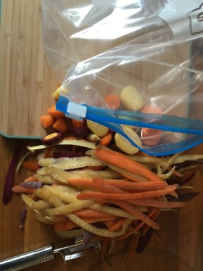 Küchenreste in einer Tüte im Gefrierfach sammeln.