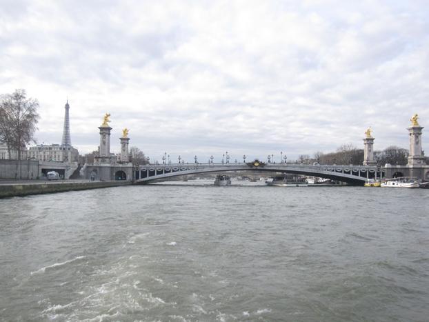 파리 센느 강에서 즐기는 커플 크루즈
