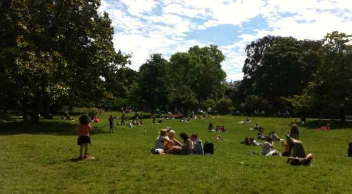Día soleado en el parque Monceau en junio en Par