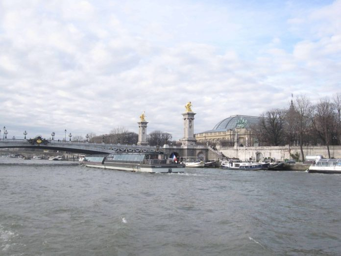 Valentine's day in Paris 2020: dinner, cruises, tips