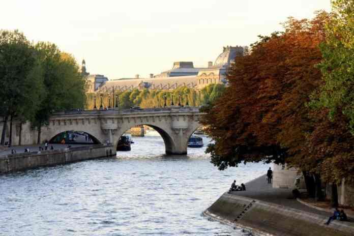 Arboles de colores vivos bajo el Sol de octubre en París