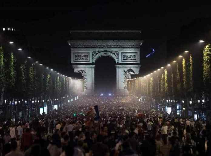 Crowd in Paris for nye
