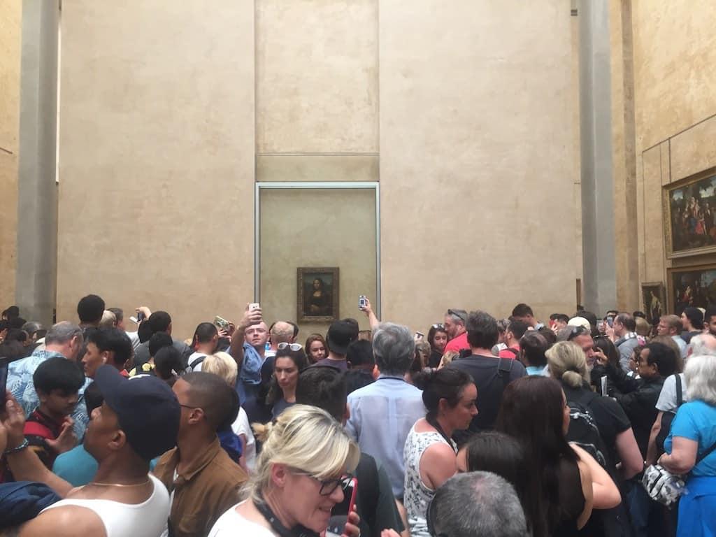 Menschenmenge im Louvre und an der Mona Lisa