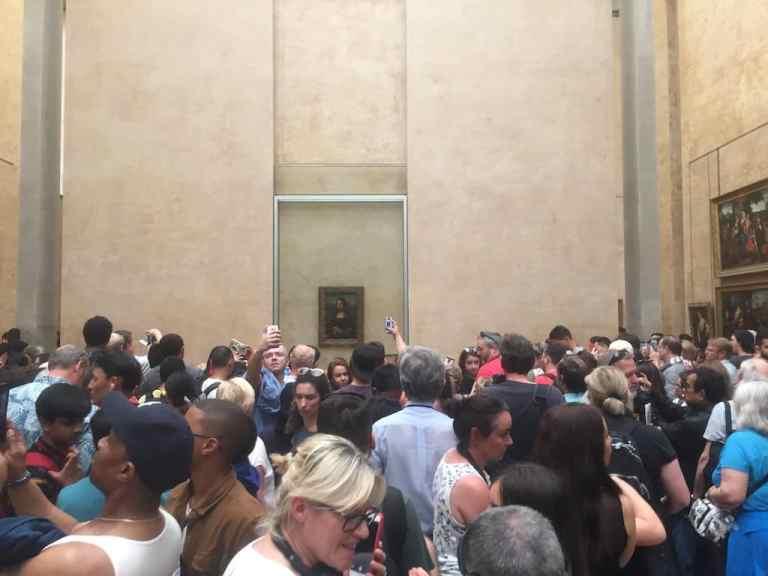 Multitud congregada para ver la Mona Lisa en el Louvre.
