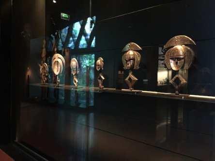 Figuras africanas de los guardianes de relicarios en el Museo de Branly Chirac